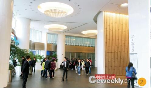 p24-2 4 月 6 日下午两点半,中晋所在的未来资产大厦聚集了数百名投资者。《中国经济周刊》记者 宋杰 I 摄