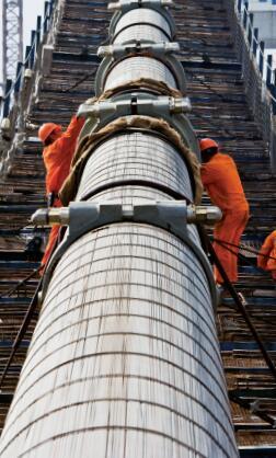 p41-法尔胜的技术人员正在架设大桥缆索