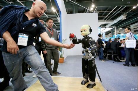 """p43-2015 年 4 月 23 日,以""""创新驱动发展,保护知识产权,促进技术贸易""""为主题的第三届中国(上海)国际技术进出口交易会在上海世博展览馆开幕。图为意大利的 iCub 机器人。"""