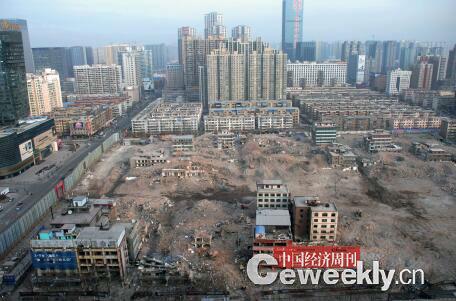 p49-2016 年元旦假期后的第一个工作日,记者从长风大街某高楼俯瞰正在拆迁中的亲贤西北片区。经过半年多推进,这一片区只留下十余处建筑等待拆除。(拍摄  2016年1月4日)
