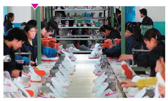 p83-4制鞋流水线上的女工们