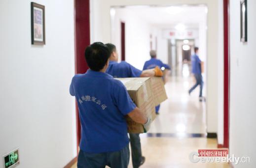 p52-2 搬家工人們的行動很迅速,把我們的大包小箱搬往新目的地。_副本