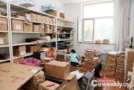 p52-1 2016 年5 月下旬,《中國經濟周刊》由9 號樓舊址搬遷至新媒體大廈,打包裝箱的不僅是沉甸甸的物品,更是滿滿的回憶和收獲。