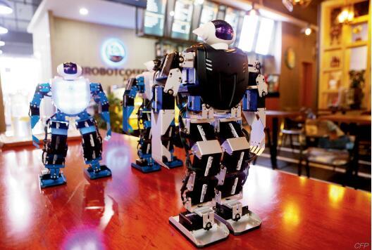 p41-上海科创中心将为建设科技强国起到核心支撑作用。图为上海首家机器人主题咖啡馆。
