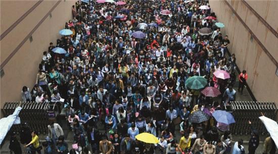 p52 2016 年 4 月 23 日,湖北省武汉市中南财经政法大学考点,考生冒雨参加笔试。