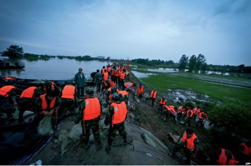 6月30日以来,长江中下游沿江地区及江淮、西南东部等地出现入汛以来最强降雨过程,给部分地区造成严重洪涝灾害。降雨区域覆盖云南、贵州、四川、重庆、湖南、湖北、陕西、河南、安徽、江苏、山东、上海、浙江、广东、广西等15个省(区、市),大于100毫米、50毫米的雨区面积分别达29万平方公里和69万平方公里。