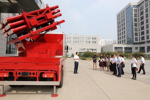 中国经济周刊党员在参观航天科工高层楼宇灭火系统。该产品将军用导弹技术应用于民用消防车,是军民融合技术的代表。
