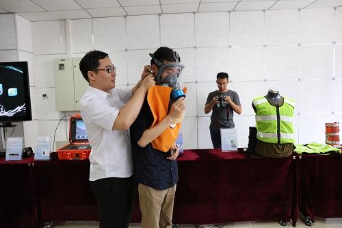 中国经济周刊党员在体验无源增氧呼吸装置。该装置可将人体呼出的二氧化碳转变为可供呼吸的氧气,应对火灾等特殊状况。