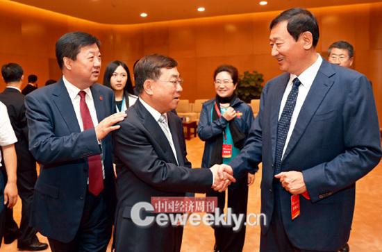 p12-1 哈尔滨市委副书记、市长宋希斌(左一)、人民日报社副社长张建星(左二)、沈阳市委副书记、市长潘利国(右一)在亲切交谈。_副本