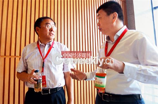 p17-2 茶歇期间,国务院研究室工业和交通司副司长张泰( 左)与银监会政策法规部副主任王科进在交流。