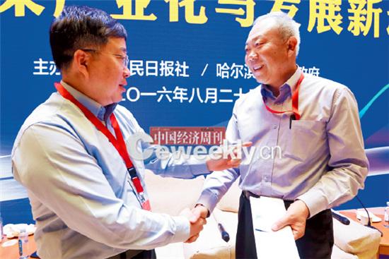 p16-3 上海张江高科总经理葛培建(左)与中国工程院院士、中粮集团总工程师岳国君在论坛舞台上交流。