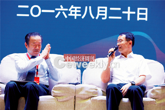"""p16-5 国务院参事陈全生(左)与哈尔滨政协副主席、工商联会长张郑婴在论坛的""""高端对话""""环节。"""