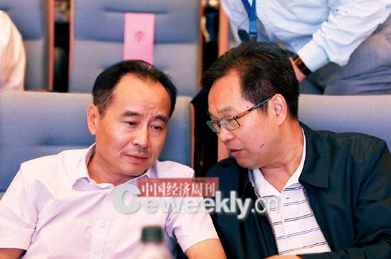 p16-1 中国经济周刊总编辑季晓磊(左)与人民日报社黑龙江分社社长郑少忠在现场交流。_副本