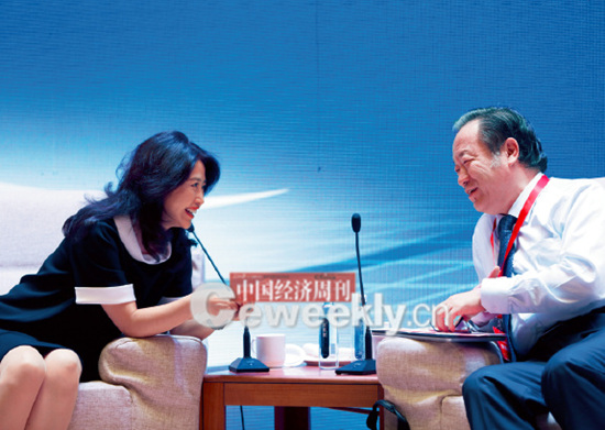 "p21-2 在主题为""供给侧改革下的民营经济机遇""的高端对话环节结束后,国务院参事陈全生与360 集团副总裁曲冰的讨论仍在继续。_副本"