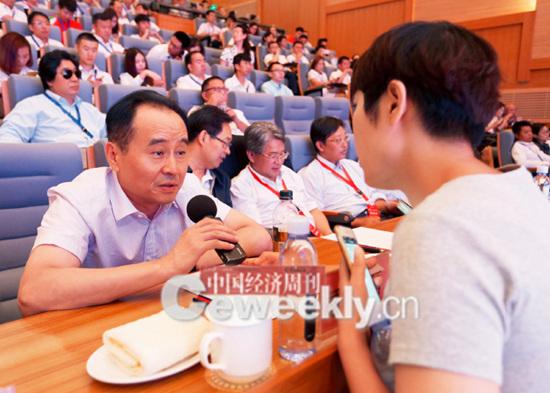 p24-1 中国经济周刊总编辑季晓磊:录音笔我帮你拿,想问啥就问吧_副本