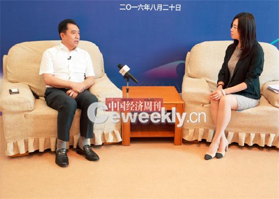 p25-2 哈尔滨市科技局局长李志杰(左):咋还有直播呢,我得坐好点