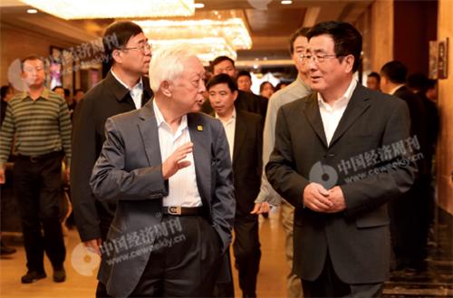 p10(2) 十一届全国人大常委会副委员长周铁农(左)与甘肃省省长林铎(右)亲切交谈、步入会场。