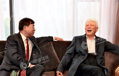 p10(3)十一届全国人大常委会副委员长周铁农(右)与人民日报社副社长张建星(左)亲切交谈。