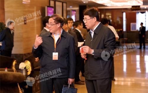 p12(5)定西市委书记张令平(右一)与定西市委常委、秘书长陈国栋在论坛现场。
