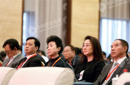 p12(6)《中國經濟周刊》副總編輯楊眉(右二)與萬達集團黨委書記高茜(左三)、吉利集團黨委書記陳文明(右一)在論壇現場。