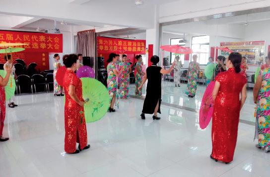 p41-1 正在排练厅练舞的老人们_副本