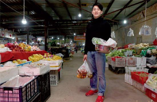 p51-2 下班后,摄影师林智勇回到位于通州的家时已经天黑,这是他在菜市场买东西。酷爱美食的他每天都要亲自下厨,做一顿大餐犒劳自己。他更爱摄影,希望将其作为一生的事业,而不仅仅是挣钱的工具。