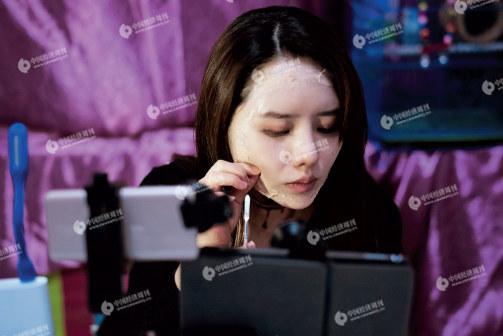 """p40(3) 惠子在直播化妆过程, 从美女变""""丑女""""。_副本"""
