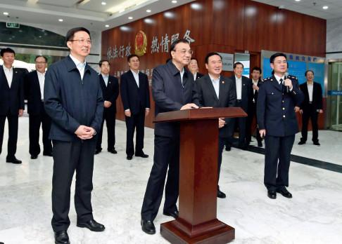 "p27-李克强总理考察上海自贸区市场监督管理局时点击鼠标,先随机抽取接受检查的27 家食品企业,又随机抽取几十位执法人员,通过网上综合监管平台,启动一次""双随机""抽查。新华社"