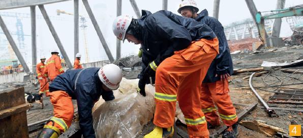 """p41-3-共有四支安全生产专业救援队参与江西丰城发电厂""""11·24""""事故救援。CFP"""