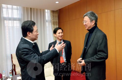 p8(5) 国际货币基金组织(IMF)原副总裁朱民(右)、东土科技董事长李平(中)、吉林省金融办主任胡斌在论坛开幕前亲切交谈
