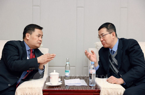 p8(6) 财政部政府和社会资本合作(PPP)中心主任焦小平与深圳市副市长艾学峰在论坛开幕前亲切交谈