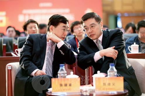 p8(4)人民日报社副社长张建星与全国政协副秘书长刘佳义在论坛开幕式现场亲切交谈