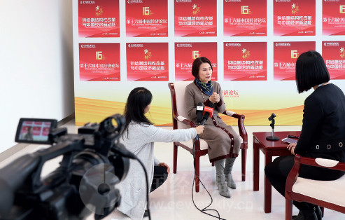 p15(5)董明珠在论坛现场接受《中国经济周刊》专访
