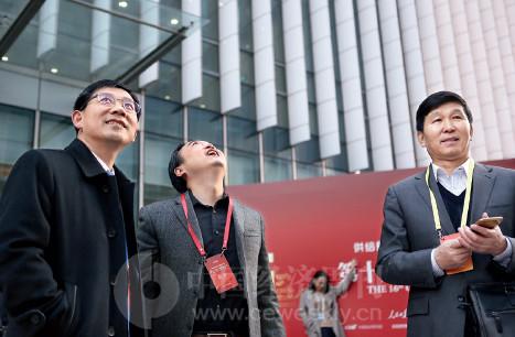 p15(2)韩城市副市长孙长虹与韩城市新兴产业示范基地总经理胡凤林等出席论坛