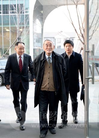 p14(2) 《中国经济周刊》社长兼总编辑季晓磊迎接厉以宁教授