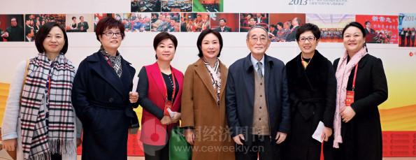 p15(1)杭州女企业家协会部分代表与厉以宁教授合影