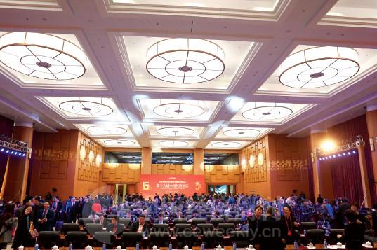 p16(4)本届论坛在最新启用的人民日报社报告厅举办。论坛现场,高科技的现代化元素无处不在。