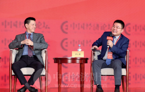 p66 龙元建设集团副董事长、总裁赖朝晖与北京源通热力有限公司董事长许心敏在对话现场互动交流。