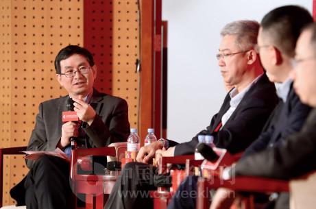 p71 工信部工业互联网产业联盟秘书长余晓晖在对话现场向企业家们提问。