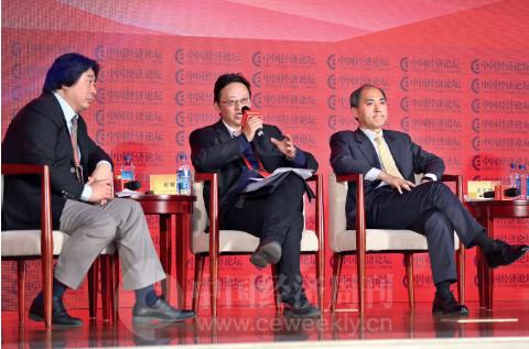 p81 央行金融研究所副所长纪敏(中)阐述农村金融小额信贷与大金融的关系。