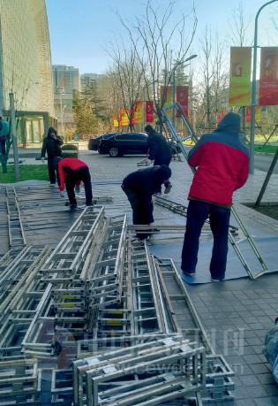 p134(2)论坛前一天,北京众合音元的工作人员在紧张地筹备会场搭建工作。