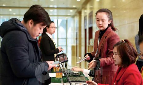 p134(4)论坛启用了二维码签到,提前将参会者信息录入系统,现场嘉宾们只需扫描手机收到的二维码,即可轻松完成签到。