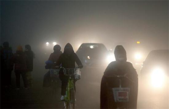 """p50 2016年12月5日,山东省潍坊市区遭遇重度雾霾天气,能见度和空气质量都大幅下降,城市建筑物在雾霾天气中全部""""消失"""",行人外出宛如进入到了""""仙境""""。"""