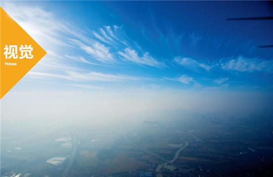 p48-1 2016年12月5日,江苏省扬州市,天气晴好,无人机在500米空中拍到的雾霾和蓝天白云分界线。