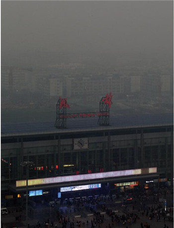 """p51 2016年12月2日,随着重污染天气的来临,成都天空上演""""黑白片"""",满目尽是灰蒙蒙一片。图为笼罩在灰暗中的成都火车站。"""