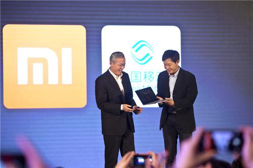 小米科技董事长兼CEO雷军(右)与中国移动副总裁沙跃家