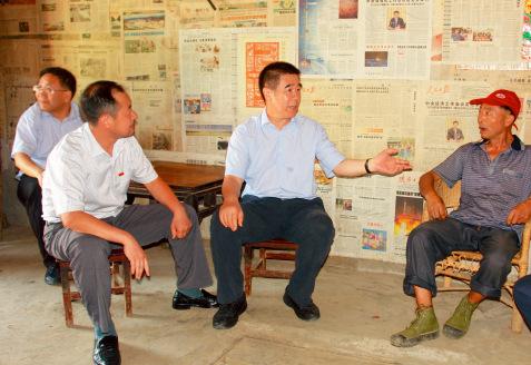 p45-1 建行扶贫工作领导小组办公室主任、副行长章更生到安康市岚皋县蜡烛村贫困户家中走访。