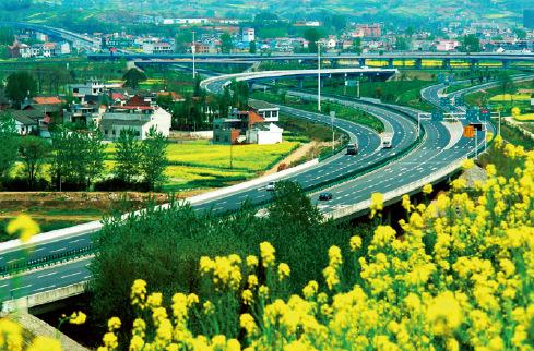 p45-2 建行贷款支持建设的十(堰)天(水)高速公路。
