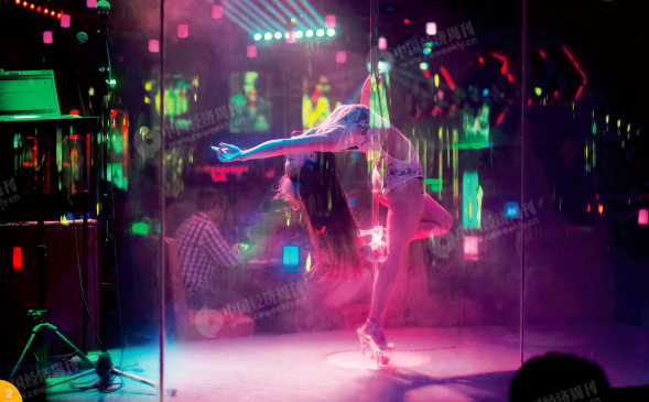 """p50-2 """"为了生存啊!""""慧慧,1997 年出生的北京人,白天在大望路的工作室教学生,晚上在三里屯酒吧街演出,每天晚上演出4 个时段,每个时段7 分钟,收入不便透露。"""