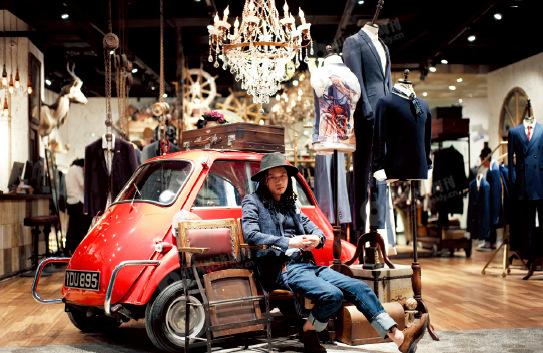 p51-1 小辉,25 岁,温州人,潮牌J.D.V 服装搭配师。19 岁开始喜欢服装行业,认为自带一点时尚基因。来北京一年多,他曾以单月销售额30 万,年销售总额180 万,成为J.D.V 服装品牌的销售冠军,月入过万。